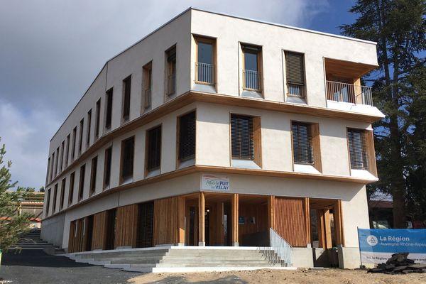 Moderne et fonctionnelle, en béton et bois de pays, la nouvelle maison de santé de Craponne-sur-Arzon (Puy-de-Dôme) a ouvert ses portes à deux pas du centre-bourg.