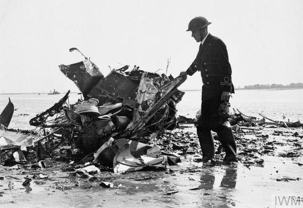 Les débris d'un Spitfire du 66 Squadron abattu au-dessus de la rivière Medway, dans le Kent, début septembre 1940.