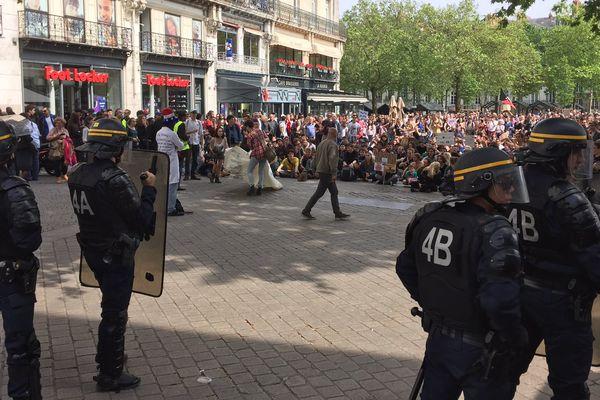 Entre 100 et 200 personnes étaient rassemblées en centre ville de Nantes, ce samedi 21 mai, contre le géant américain de la biotechnologie agricole Monsanto.