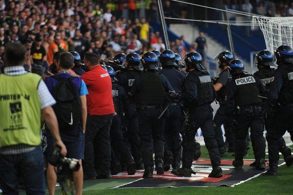 Le derby Montpellier - Nîmesa été arrêté deux fois dimanche.Une histoire de banderole volée est à l'origine des incidents.