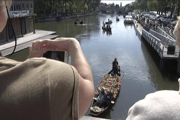 Les spectateurs assistent à l'arrivée des barques à cornets.
