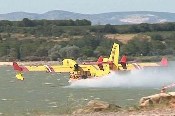 Un Canadair mobilisé sur l'incendie de Montalba-le-Château en train de ravitailler dans le lac de Villeneuve-de-la-Raho, dans les Pyrénées-Orientales - 11 août 2016