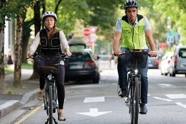 Deux cyclistes équipés d'airbags Helite.