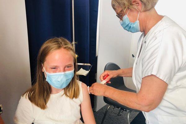 Prune, 12 ans, est venue se faire vacciner dès mardi matin, accompagnée de son frère et de son père