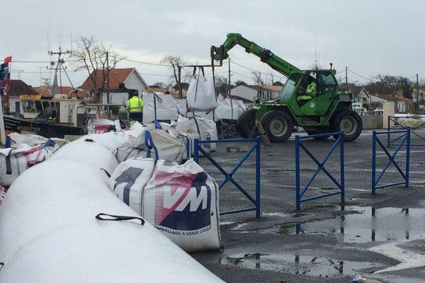 Des barrages anti-submersion ont été installés dans l'après-midi à Boyardville (Charente-Maritime)
