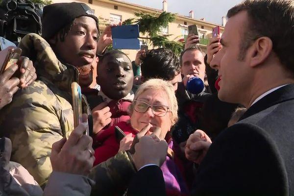 Emmanuel Macron a bousculé le protocole en prenant un bain de foule dans le quartier de Bourtzwiller à Mulhouse
