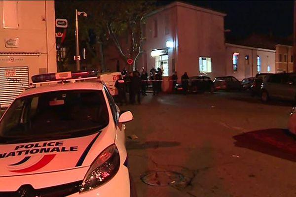 L'homme, arrivé en moto, a pris la fuite après la fusillade.