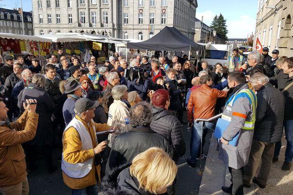 100 à 200 personnes se sont rendues devant le tribunal pour soutenir Lech Kowalski