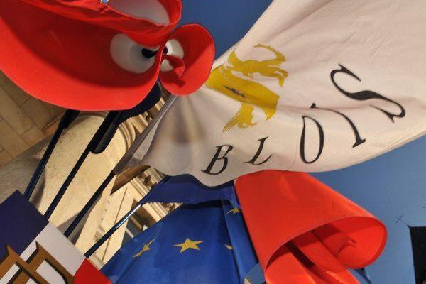Photo prise le 23 mai 2011 à Blois, des drapeaux accrochés au fronton de la mairie