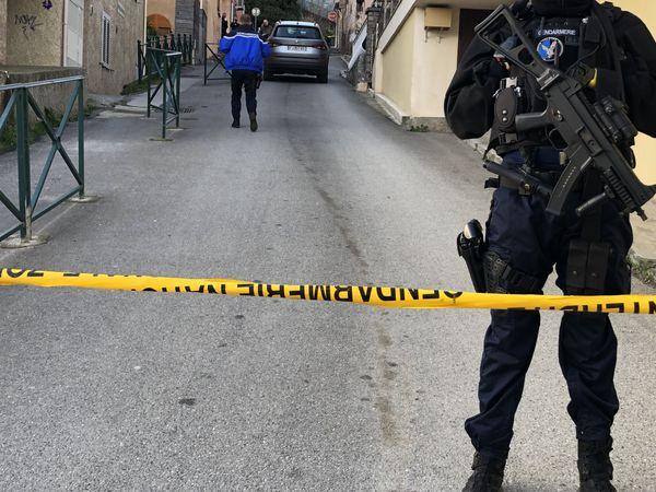 Les gendarmes mènent l'enquête dans les rues attenantes à la discothèque