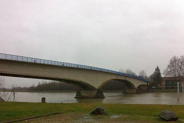 Le pont de Saint-Romain-des-Îles, sur la commune de Saint-Symphorien-d'Ancelles, en Saône-et-Loire, est fermé pour six mois à partir du 17 février