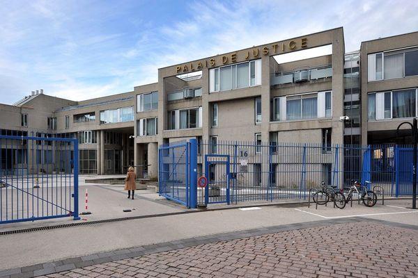 A Clermont-Ferrand, un jeune homme a été condamné à 12 mois de prison ferme: interpellé pour violation du confinement, il avait craché sur des policiers en prétendant avoir le coronavirus COVID 19.