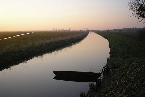 Coucher de soleil sur le Canal de Vire et Taute, à Montmartin-en-Graignes, dans le Cotentin.
