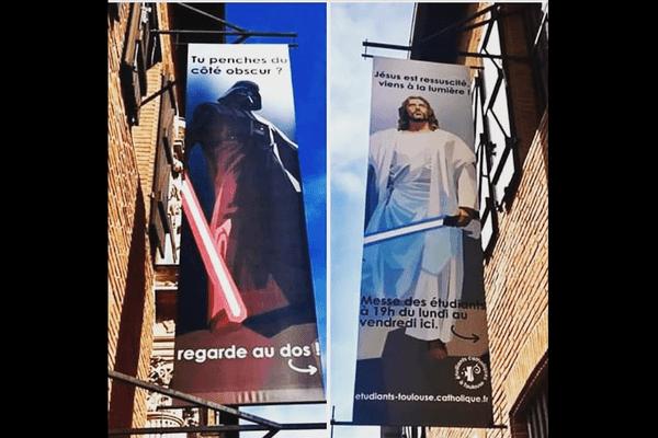 Depuis quelques semaines, c'est un Jésus transformé en Jedi qui fait face au côté obscur et à Darth Vader, à l'entrée de la paroisse étudiante de Toulouse.