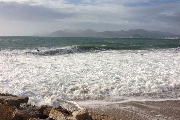 Le spectacle de la mer déchaînée est toujours beau à voir, mais de loin.