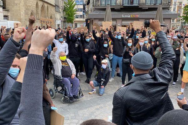 Ce dimanche 7 juin, Place d'Erlon à Reims, plus de 300 personnes manifestent contre les violences policières et le racisme