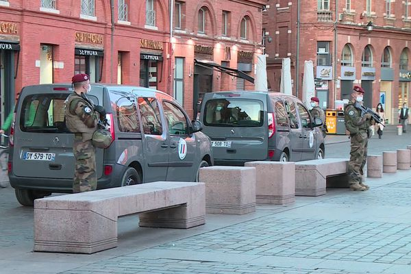 Des militaires déployés place du Capitole à Toulouse