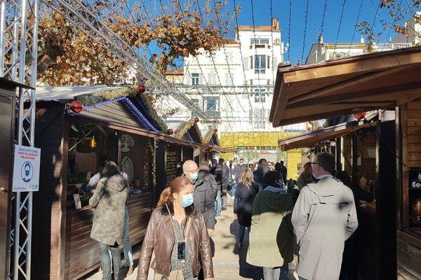 Les traditionnels chalets en bois au village de Noël à Cannes, le port du masque est obligatoire.