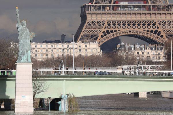 """La petite Statue de la Liberté ou """"La liberté éclairant le monde"""" est considérée comme un symbole maçonnique. Gustave Eiffel en a fait l'ossature et Bartholdi, franc-maçon, la sculpture."""