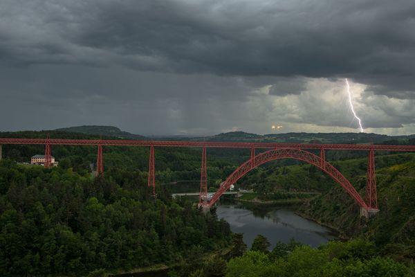La photographie a été prise par un internaute samedi 2 juin au viaduc de Garabit, dans le Cantal