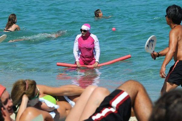 Une femme portant le burkini, le 12 août sur la plage de Pampelone dans le Var