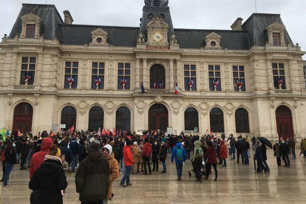 En début d'après-midi, quelques centaines de personnes réunies devant l'hôtel de ville de Poitiers pour manifester contre la loi Sécurité Globale.