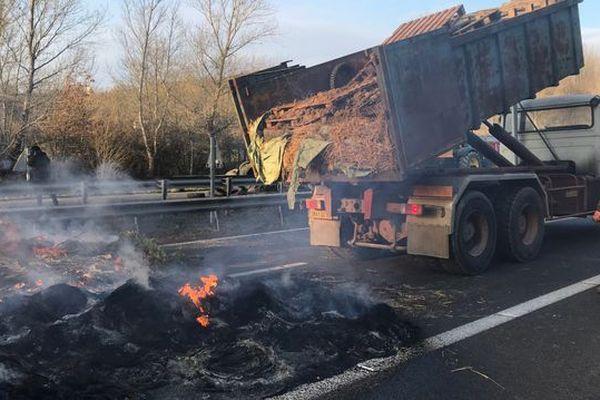 Les agriculteurs ont levé les barrages dans la nuit de mercredi à jeudi. Mais il faut maintenant déblayer. Comme l'autoroute A61 qui restera fermée toute la matinée dans les deux sens à hauteur de Castelnaudary. Il est donc impossible d'aller à Toulouse par l'autoroute en venant de Narbonne.
