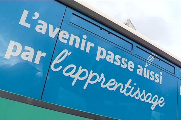 Chaque année, le Bus de l'Apprentissage sillonne le département de Saône-et-Loire pendant un mois en faisant des escales dans les collèges. Objectif : faire la promotion de l'apprentissage auprès des jeunes.