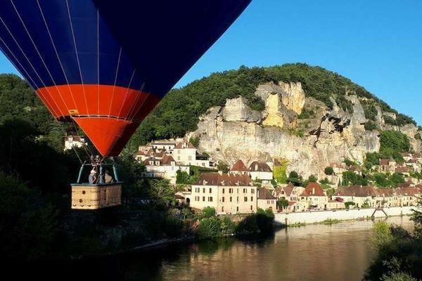 Balade en montgolfière au fil de la Dordogne pour apprécier les couleurs de la pierre et la douceur des paysages