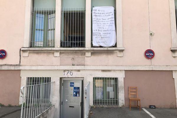 Cet immeuble, propriété du Conseil Départemental 13 est occupé par des mineurs et des adultes réfugiés, à la rue. Un comble quand on sait que c'est au département de trouver une solution de logement aux mineurs migrants.