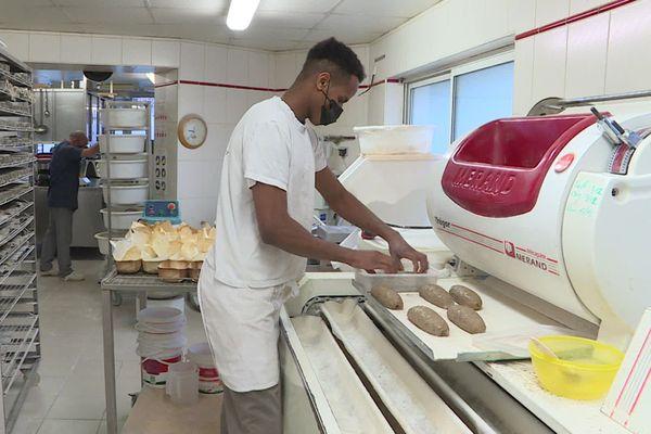 Ibrahima Barry est apprenti dans une boulangerie de Dijon.