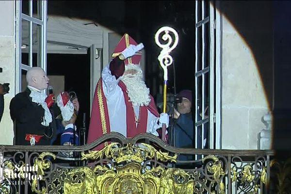 Le Saint patron de la Lorraine au balcon de l'Hôtel de Ville de Nancy