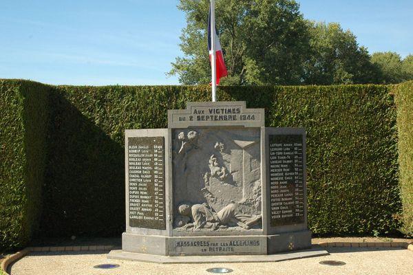 La stèle commémorative rendant hommage aux victimes du massacre d'Étreux dans l'Aisne, 36 personnes sont mortes le 2 septembre 1944