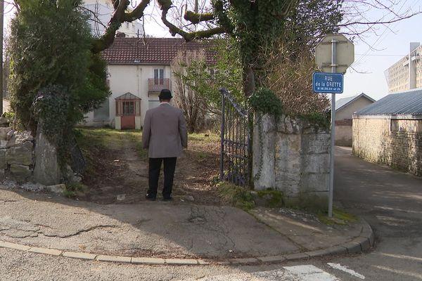 Rémy Vienot, président, d'Espoir et Fraternité Tsiganes de Franche-Comté, devant le terrain familial destiné aux gens du voyage sédentarisés à Besançon.