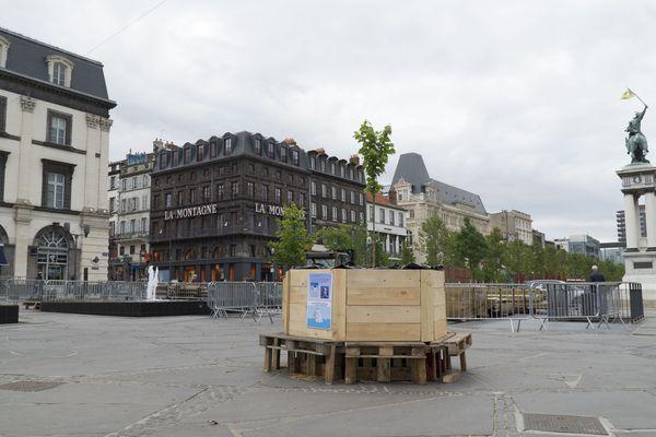 Depuis samedi 25 mai, un arbre, symbole de la lutte pour le climat, trône place de Jaude à Clermont-Ferrand.