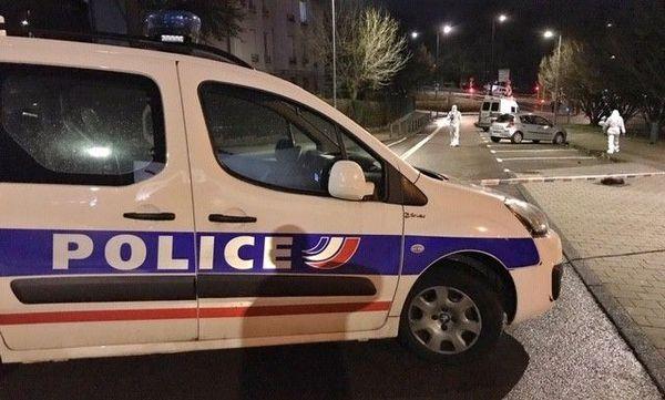 La police scientifique déployée sur les lieux de la fusillade et dans les rues adjacentes à Besançon.
