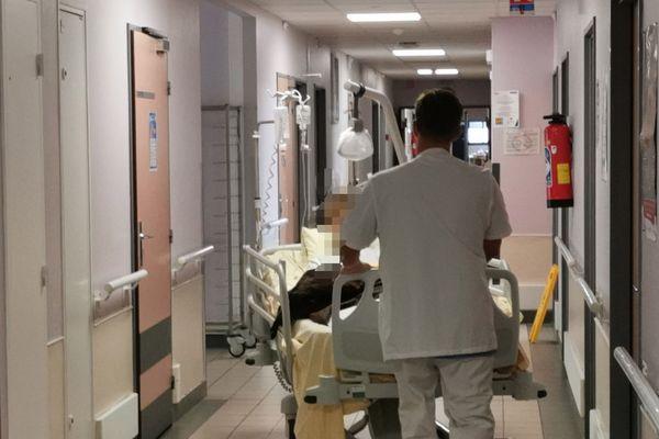 Dans les couloirs d'un hôpital (image d'illustration)