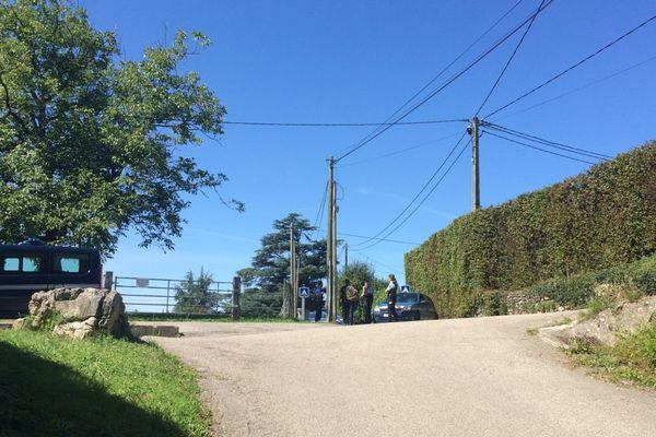 Les gendarmes empêchent l'accès à la maison en cours de perquisition.
