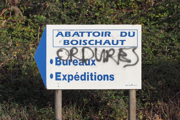 """Un tag """"ordures"""" devant l'abattoir de Boischaut, après les révélations de L214."""
