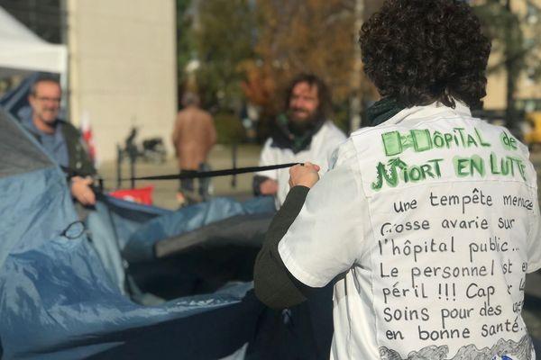 Les grévistes de l'hôpital de Niort dénoncent le manque de moyens.