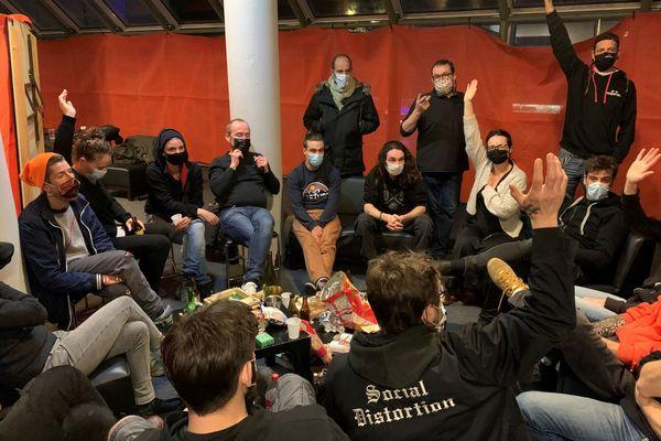 Première nuit d'occupation au Quartz pour les intermittents du spectacle et première assemblée générale