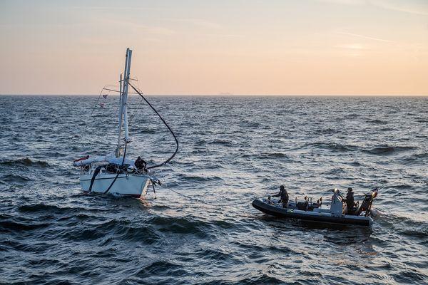 Le voilier endommagé a été secouru par la Marine nationale, après sa collision avec un ferry.