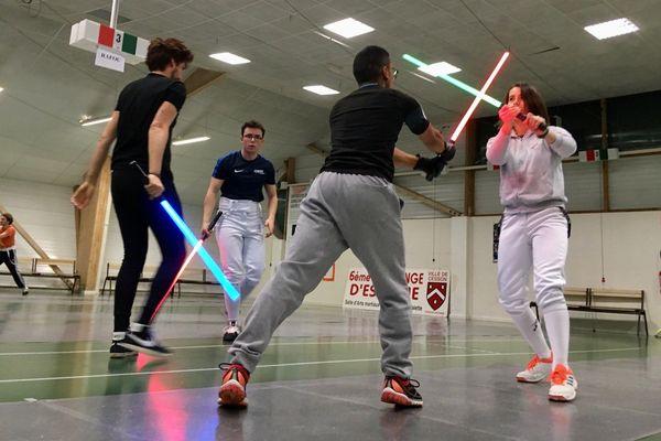Il faut beaucoup d'entrainement pour s'approprier le maniement des armes de Jedi