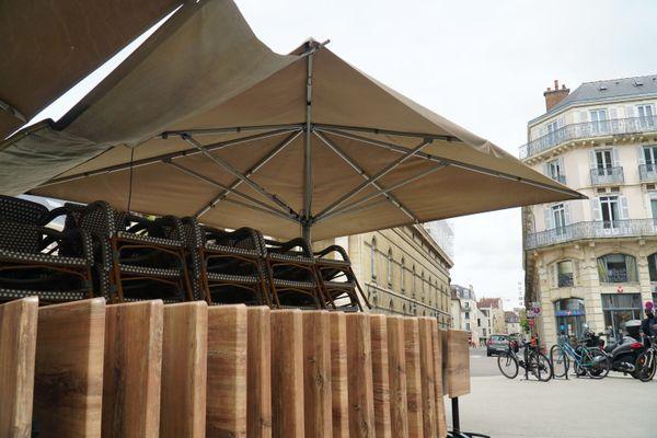 Les terrasses sont prêtes à accueillir les clients, mais la météo sera-t-elle de la partie ?