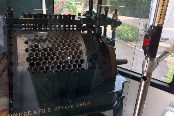 Une dénoyauteuse du début du XXe siècle, qui pouvait retirer les noyaux de 80 à 100 kilos de cerises par heure, est exposée dans le muséo-bus.