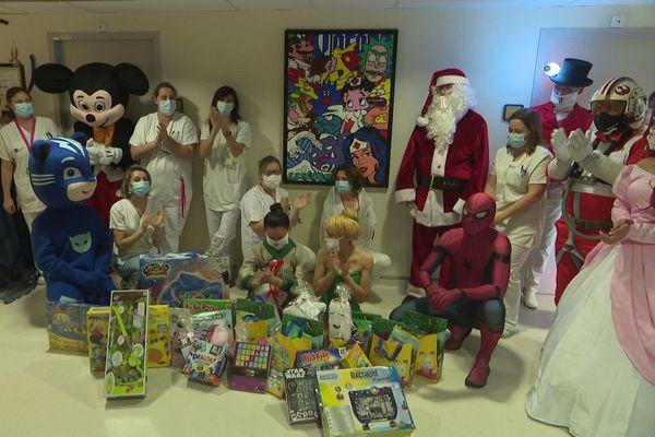 Les enfants du service pédiatrique de l'hôpital de Perpignan ont reçu des cadeaux d'une valeur totale de 2 500€, grâce aux dons de l'association JoaJoie.