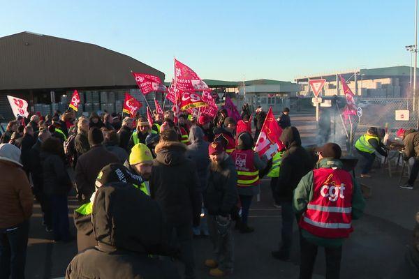 Près de 300 syndicalistes réunis devant le site de Verallia pour défendre leurs collègues