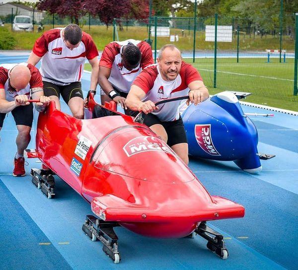 Sans l'équipage, le poids minimum d'un bobsleigh pour quatre est de 170 kg.