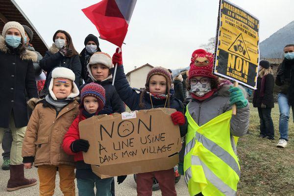 Quelques centaines d'habitants de Tencin (Isère) ont manifesté samedi contre un projet de méthanisation sur leur commune.