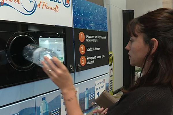 Lodève (Hérault) - Cette machine permet de récupérer les bouteilles en plastique vides, en échange d'un bon de réduction ou la possibilité de faire un don à deux associations - septembre 2019.